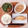 焼き鮭、すき焼き煮、中粒納豆。