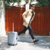 乗れるスーツケースが話題だが、「COWAROBOT R1」は後ろからついてくるスーツケース