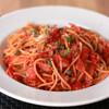 トマト、ケイパー、ベーコンのスパゲッティ
