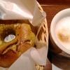 今日のお昼ご飯はBAGEL&BAGELの抹茶ホワイトチョコベーグルとカフェラテ