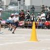 チャレンジ運動会⑨ 2・4年ペア競技「山こえ谷こえボールを運べ」
