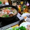 【今日の食卓】ミツカンの「とんこつしょうゆ鍋つゆ」250円位で鍋~10種類くらいの魚介類を入れて出しが超絶旨