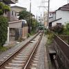 住宅街を走る江ノ電。日常の足なんだろうけど、その中に人生があるんだろうな。