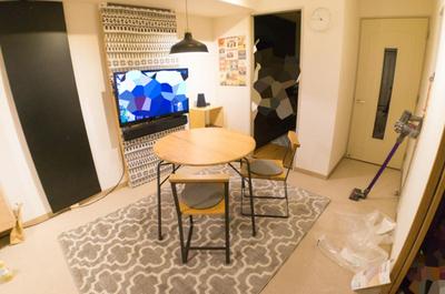 【地味な床をガラッと模様替え!】ニトリの北欧風ラグを導入しました。安いのにオールシーズン使えるよ。