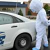 サンタの警察官が、雪男の着ぐるみマンを逮捕