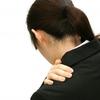 左肩痛の原因は五十肩?肩痛を改善した5つの方法をご紹介します。