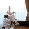 ダイソーのホワイトツリーと家にあるリボンでおしゃれなモノトーンミニクリスマスツリー