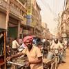バラナシという街を、携帯ショップを求めて彷徨う