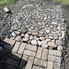 庭から出土した石も並べればサマになる