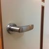外開きドアを開けられるようになった息子ちゃん対策Part1(ドアノブの向きを変えてみる)
