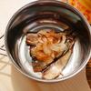 キャンプで使える!缶詰をあたためるだけの簡単料理「オイルサーディンのオニオンスライスのせ」