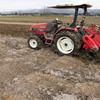 トラクターで耕起作業開始。