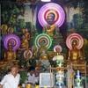 Neakvorn Pagoda 仏さんの後ろの丸い輪が点滅したり回ったり派手な装飾で楽しいです。