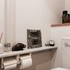 ヴィンテージの陶板を迎えて異空間化するトイレ