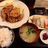 横浜橋商店街の「マルかつ食堂」で唐揚げ定食&ミニ刺身盛り合わせ