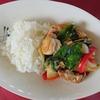 お家で楽しむこじゃれたカフェランチ(^^♪。タイ風テイストの<鶏肉のバジル炒めごはん>はいかがでしょう!