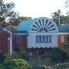 アーチ型の屋根と赤煉瓦の外観「大佛次郎記念館」