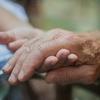 認知症の家族を介護するのは自宅、それとも施設?