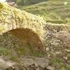 棚田にはさまれた石橋 両合川橋(りょうあいがわばし)