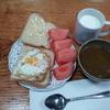 牛乳とベークドエッグとトマト