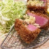沖縄市・豚肉食堂の「厚切りジョールベーコンのガーリックハムカツ定食」がサクサクで食べ応え抜群!