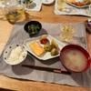ごはん、鮭のハラス、ジャガイモの旨塩煮、ほうれん草のおひたし、なめこの味噌汁