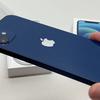 【実機レビュー】iPhone 12 ブルー(青色)のデザイン|色合い・カメラの出っ張り・ボタン配置の写真あり