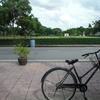 カンチャナブリー観光。戦争博物館と墓地と古い街並みを自転車でまわる(Kanchanaburi)
