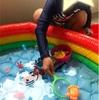 ビニールプールでおもちゃすくい遊び