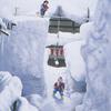 豪雪地帯、想像以上に高い雪壁の上で雪下ろしをする子供