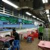 香港地元飯、熟食中心:イカのイカスミ炒め、鶏の手のおつまみ、茄子、ピーマンのすり身揚げ、広東風きしめん