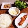 焼き鮭、サラダ、納豆、大根漬け物。