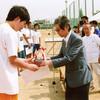 母校体育祭で槻友会からトロフィーを授与