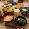 温かいうどん、天ぷら、ちぢみほうれん草ときのこ炒めにチーズ乗せ