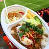 ●Nack5スタジアム「ネオ屋台村」のガバオごはん&グリーンカレースペシャル丼