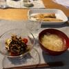 子供たちはごはん、サバの味噌漬け焼き、人参とひじきとチーズのサラダとミニトマト、切り干しと玉ねぎの味噌汁