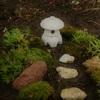 庭に片隅にいい感じの苔がありました。100円ショップのミニチュア灯籠とその辺の小石で日本庭園の一部を作ってみました。