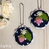 紺色の水玉模様とピンクいちごのマカロンキーホルダー