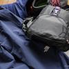 トレッキング旅行の前に破れたカメラバッグやトレッキングパンツを補修するなど