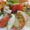 トマトが甘酸っぱくておいしい!トマトと白桃のカプレーゼ