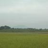 加波山の風力発電プロペラが見える。