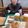 母.飲食.チーズバーガーとチキンナゲットを食べる
