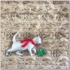 プレゼントを運ぶ猫のブローチ JJ(ジェイジェイ)
