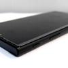 ソニーのスマホ「Xperia XZs」にはストラップのヒモを通す穴が無い