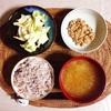 雑穀ごはん、キャベツサラダ、小粒納豆。