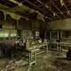 緑の廃校(1):仄暗い廊下と,朽ちゆく理科室。