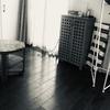 狭いリビング。物を増やさないために収納家具を手放す/詰め込み収納/子供の物