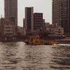 隅田川を下る東京都の作業船