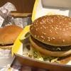 ギガビッグマックとハンバーガーって並べるとやっぱり改めてすげぇ大きさだなぁって感じた夜!!ギガビッグマックはボリューミーで肉の圧力がぱねぇっす!!
