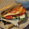 野菜たっぷりのバケットサンド(ベーコンエッグ・トマトチーズ)